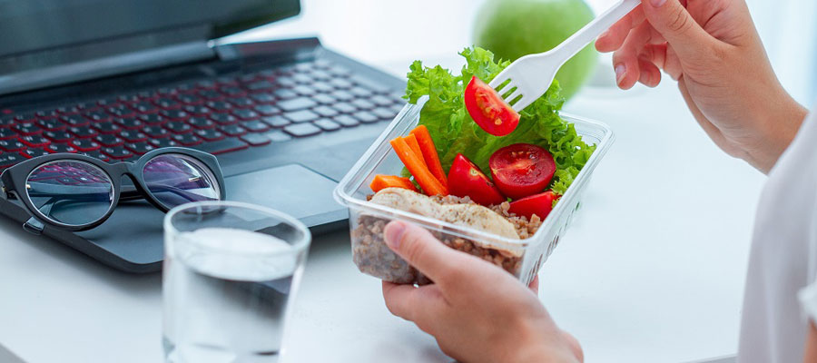 Déjeuner en réunion au bureau